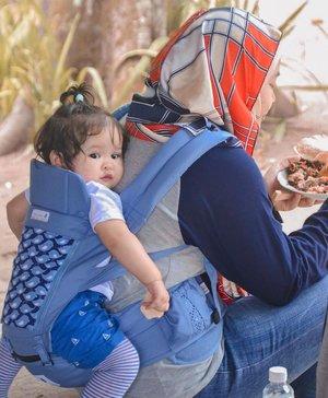 Jadi emak mah kudu setrong, sambil makan gendong anak... Dah biasaaaa 💪🏼  Trus anaknya manyun krn ngga dikasih makan 😆😂  📷: mba @tutty__frutty 3 tahun yg lalu... Iyaaa ini Raya si gembul bayi michelin jaman duluuu 😄  #motherhood #breastfeedingjourney #instamom #motherhoodlife #clozetteid #momlife #momoftwo #momoftwogirls #blessed #kesayangan #raneiratsuraya #loveofmylife #workingmom #workingmomstyle