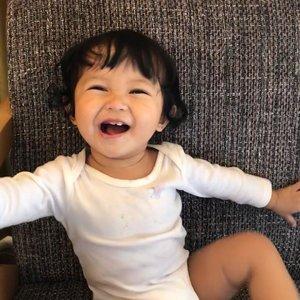 Haiii gigiiii!! 🦷 Shasha baru mulai tumbuh gigi pas umur 13 bulan, sekarang giginya udah 4 dan bikin gemesh krn yg atas gede2 kayak kelinci 🐰🐰Gmn cara saya ngejaga & merawat gigi Shasha? Cek photo IG sebelum ini yaaa 🥰 Ada info buat dptin hadiah 10jt jg lhooo ❤️#raneyshailiana #mysecondborn #babysister #baby #babygirl #instababy #babyofinstagram #loveofmylife #clozetteid #kesayangan #littlesister #babylove #babycute #babystyle