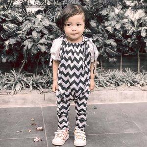 Maap Shasha grogi mau OOTD 😌Kaos dalem : @hm Jumpsuit : @little_sachi Sepatu : @adidasoriginals (Jumpsuit & sepatu lungsuran teteh raya 😌)#kesayangan #kidsootd #loveofmylife #clozetteid #ootdkids #secondborn #babysister #littlesister #babygram #instababy #instaootd #lebaran1440H #kidsofinstagram