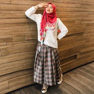Pake baju acak2an gini jd inget jaman SMA, baju dikeluar2in, kaos kaki super pendek (kl bisa sampe ga kliatan), rok pendek diatas lutut (iyaaa kan saya blm jilbaban atuulaah) 😆😅😅Byk yg pengen ngulang jaman SMA, kl saya mah ngga mauuu, males ngga pny duit sendiri hahhahaha, udahlah ngga perlu balik lagi ke masa SMA... I had enough 😆😆#hijabootd #memories #motherhood #workingmom #workingmomlife #workingmomstyle #wiwtd #clozetteid #momoftwo #instamom #ootd #hijabstyle #officestyle #whatiweartoday