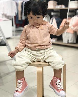 Why should I wear pink? Beberapa kali dedek dibilang cowo, mgkn krn bajunya kurang feminim? 😅Hari ini sengaja pake nuansa pink, biar gada yg nanya lg... ini cewe apa cowo 😌😌 #mysecondborn #babygirl #babyootd #fashionbaby #instababy #instababygirl #raneyshailiana #kesayangan #loveofmylife #clozetteid #babyfashion #babylove #babygram #babyofinstagrqm #babyphotography #babycute #babywearing