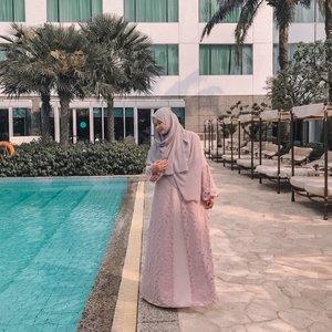 Dibalik foto OOTD Ada anak bayik gede yg minta gendong & ngga rela mamihnya foto2 😅 jd meski poto blur ngga jelas, posting ajalah 😌Ini detail gamis brokat dari @labbaikahouse buat yg pengen tau penampakannya lengkapnya spt apa, bahannya ngga panas, terbukti siang2 foto di pinggir kolam renang baek2 aja 😆♥️#momlyfe #momootd #hijab #hijabstyle #workingmom #workingmomstyle #clozetteid #momlife #hijabootd #whatimwearing #momstyle #instamom #happyweekend #weekendvibes #weekend #momoftwo #momproblem #instamom