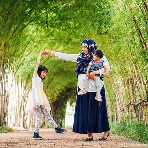 Happy weekend!   Don't forget to kiss & cuddle your love one 💛💚  📸 by: @nurullnoe (Ceritanya di Arashiyama tapi boong 😆🤪)  #motherhood #momlife #workingmom #workingmomlife #workingmomstyle #clozetteid #momoftwo #momoftwogirls #loveofmylife #kesayangan #family #familyfirst #clozetteid #bandungvenue #instavenue #weekend #weekendvibes #joyfullmotherhood