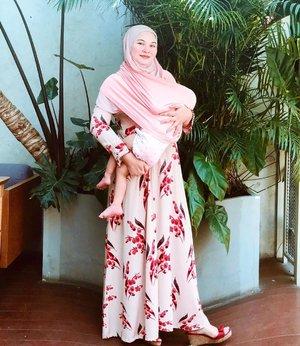 Breastfeeding with style 💃🏼   Masa2 breastfeeding itu kadang bikin ribet, apalagi kl lagi jalan2 anaknya minta nyusu, jadi wajib banget bawa nursing cover & pake baju yg busui friendly yg nyaman ♥️  Buat para busui, punya referensi olshop dress busui friendly ngga? Bisikin dong biar bs saya kepoin👂🏽😄  📸: @larasatinesa  👗: @annah_hariri  Nursing cover : @mooimom.id  #motherhood #breastfeedingjourney #busui #breastfeedingstyle #instamom #motherhoodlife #clozetteid #momlife #momoftwo #momoftwogirls #blessed