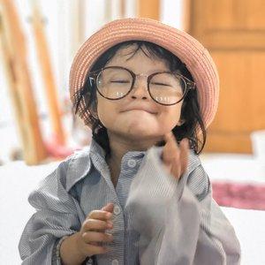 Shasha: hiburan sekaligus sumber kehebohan & drama di rumah selama #dirumahaja  Ini anak emang cocok jd member srimulat yg sering ngelawak, bikin gemes, sekaligus kesel & ngelus dada...   Difoto ini, dedek lg pake baju saya, kacamata & jam abah + topi teteh... ntah lah dr mana idenya, adaaa aja 😅😅  Hr ini numpahin kopi keseluruh penjuru rumah, bikin lantai lengket & mamih olahraga ngepel ngga kelar2... abis itu dia wash hand pake kecap + dilulurin ke leher 😣😆  Suka duka #stayathome punya anak kicik mah gituuuu... dada mpe tipis dielusin mulu tp lemak tambah tebel krn makan mulu sbg pengalihan esmosi #alesan 😂😂  #loveofmylife #motherhood #family #wfh #westayathome #clozetteid #secondborn  #stayathomelife #raneyshailiana #kidsrule #kidsofinstagram #momlife