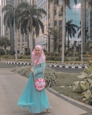 Boost your Monday with lovable bag from @someah_id ⁣⁣Isn't it cute? 🌸💕⁣⁣#someahlovers #loveyourself #mondaymood #mondaybooster ⁣ #hijab #hijabstyle #workingmom #workingmomstyle #clozetteid #momlife #hijabootd #whatimwearing #momstyle #instamom #hijabootd #whatiwearingtoday #wiwt #mondaymood #cutebag #mondaybenice