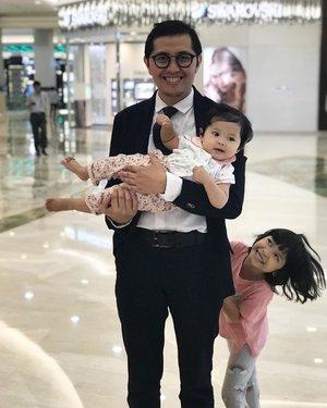 Susahnya poto bareng anak-anak 😝 . . Dari ratusan poto #lebay cuman bagus sikit banget, yg lain kebanyakan ngeblur & ngga jelas hahahha 🤪 Apalagi kl poto berempat... Bhay bhay bhay ajalah 😆 . . #kesayangan #parenthood #clozetteid #loveofmylife #theperksofhavingkids #fatherhood #fatherdaughter #familytime #ngemoltime #family #ohana #familyfirst #instaparenthood #instafamilylove #instafamily #instafather #instagrammom