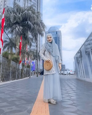 When I'm feeling blue... 💙⁣⁣Kangen jalan2 di area ini sambil foto2 sama @shellaadelin 😌⁣⁣⁣⁣⁣⁣#throwbackthursday #tbt #thursdayvibes #clozetteid #ootd #hijabootd #scbd #sekarangdirumahaja #stayathome #wfh #workingfromhome