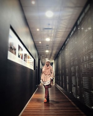 Style is a way to say who you are without having to speak - Rachel Zoe 🧡..Celana panjang jd alternatif selain gamis & rok buat ngantor, apalagi kl lg mood pengen praktis 😌.📸 by @shellaadelin .#officestyle #hijabootd #officeootd #wiwtd #clozetteid #motheroftwo #workingmom #workingmomandproud #instaofficer #fashionhijab #hijabfashion #hijabfashion #officeoutfit #styleblogger #todayoutfit