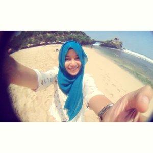 Menyatukan hijabku dengan indahnya pantai Kukup, Jogjakarta.