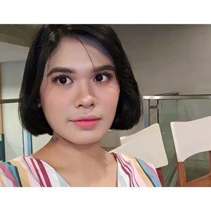 Jadi, minggu lalu saat kumpul-kumpul dan belajar bareng @makassarbeautygram #MakassarBeautyGramDay aku mengajukan diri untuk di makeup-in. Selama ini aku tidak begitu suka full makeup, selain karena kulitku sensitif parah juga karena merasa gak cocok dan seringnya berakhir terlihat seperti banci. Tapi penasaran juga sih kalau di makeup sama MUA andalan MBG 😉😘. . . Dan inilah hasilnya 💫 Cocok gak nih aku makeupnya seperti ini? . Complexion & alis: @uswhaaa  Eyeshadow: @jeaniferslagle Sulam bulu mata: @nike12antonio  Ombre lip: @risdarhmlia . . #beautyenthusiast #beautyjunkie #makeupjunkie #beautybloggermakassar #BeautyContenCreator #BeautyContenCreatorMakassar #MakassarBeautyGram #MksBeautyGram #beauty #selfie #makeup #lifestyleblogger #clozette #clozetteid