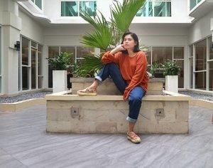 Ketua genk emak-emak kompleks menanti setoran iuran keamanan 😝...Cuma mau bilang untuk mamak-mamak diluar sana, marilah menggemuk dengan sexy 💃🏻dan jangan lupa bahagia 🙆. #clozetteid #clozette #lifestyleblogger #bloggerlife #ootd #picoftheday #pictureoftheday #instagood #instadaily #instamood #momblogger #bloggermama #bloggermom #beautyenthusiast#beautyjunkie #makeupjunkie #beautybloggermakassar