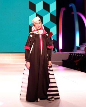 HANNIE HANANTO ( @hanniehananto ) MONDRIAN...Terinspirasi dari pelukis Belanda, Piet Mondrian,  Hannie Hananto menghadirkan koleksi baju muslim yang playfull dan colorful. Mengadaptasi gaya abstrak sang pelukis, 12 pakaian yang dipamerkan di FEMME 2019 kemarin, didominasi warna bold dengan ornamen-ornamen geometris. Kece banget! Ya gak?..Btw niatnya sepanjang April ini aku membuat tulisan di blog tentang FEMME 2019, tapi pas mau ditulis ternyata semua catatanku menghilang 😅. Langsung deh mood menulisnya lenyap (padahal emang anaknya pemalas) tapi ada banyak foto yang sayang kalau gak di uplod. Jadilah kumau uplod semuanya, selamat menikmati 😊😉 #fashion #bloggerlife #lifestyleblogger #fashionshow #clozetteid #clozette #HannieHananto #Mondrian #Femme2019#CBFW2019#TheFutureOfCulture#AprilKeMakassar#berbudayaitukeren#fashion #beauty #fashionshow #events #exhibition #runway #models #designers #makassarevent #makassarinfo #makassar #exploremakassar #visitsulsel #pesonaindonesia