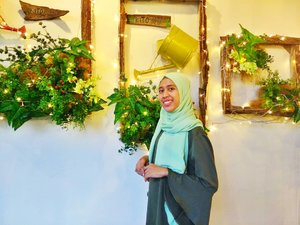 The best spot on @kitogardencafe (I think) . . The wall, I love the art  #cafe #cafemedan #medancafe #medanhits #kulinermedan #medantalk #dailyhijab #hijabootdindo #lookbookhijab #hijabfashion #instahijaber #hijabfeature_2018 #diaryhijaber #hijaberkece#modelhijaber #clozetteid #vloggerindonesia #travel #travelblogger #travelbloggermedan #travelvlogger #travelvloggermedan #beautybloggermedan #beautyvloggermedan #youtuber #youtuberindonesia #youtubermedan #reviewer #productreviewer #placereviewer