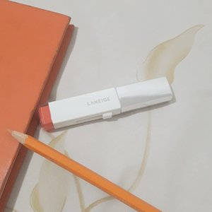 I always love lipstick that is moisturizing like this @laneigeid two tone lip bar. It doesn't dry out your lips and has nice fruity scent. Give a very nice gradation lip color. Mine is orange blurring shade no.13...#SparklingSquad #SparkleMyWay #MeetOppaShawn#LaneigeID