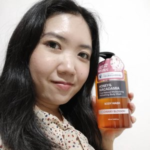 I found new body wash that is so unique and friendly for my skin. It is from @kundal.official Honey & Macadamia Body Wash. Here is my verdict :The liquid is super thick with no artificial colourants. Just 1 pump is enough for your whole body. It have a soft floral (cherry blossom) fragance that lingers quite long on your skin. The fragance is super soothing. The best part of this body wash it does not make your skin dry. It moisturizes my skin so well.This product is sent directly from Korea. You can easily bought it from @shopee_idKorean section. ... (michelleenrica)#KUNDALhairandbodycare #KUNDALtreatment#Bodywash #review