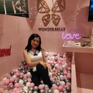 Can I make this my bathroom?? What a cute booth from @wonderbellebeauty at @beautyfest.asia . . . #BFA2019 #Throwback #pink #popbela #idnmedia