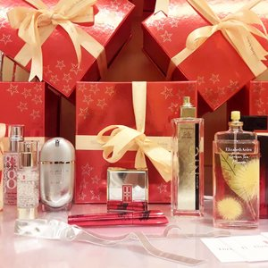 Christmas is Coming and Elizabeth Arden @beauteous_you is giving you some present! Slide to see my Favorite . . 1. Green Tea Mimosa Perfume I always love the green tea perfume and never knew they have another variant. After I tried the perfume, I instantly fall in love with the smell. A bit fruity than the original green tea version. . . 2. 5th Avenue Perfume This is classic. I've been using this since early 2000s and still loving the sweet elegant scent. More about it in the next video. . . #perfume #review