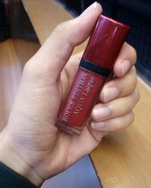 lipstick ini bener2 tahan lama dan ngga berat dipake💄💄 #lipstick #lips #rougeedition #aqualaque #bourjoisrouge #lipstickaddict #lipaddict #like4like #follow4follow #igers #igaddict  #nofilter #instagood #instagram #clozetteid #nzrrni