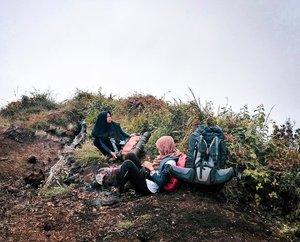 Dari 10 orang, ceweknya cuma kita berdua @mrnapr . Walaupun begitu, yang cowok pada aktif kok. Bahkan yang masak sarapan malah yang cowok loh. Kalian luar biasaaa 😂 . . 📸: @rhomandeef . . #clozetteid #travel #gunungseminung #liwa #lampung #lampungbarat #indonesiaindah #pendaki #hijabtraveller #gunung
