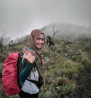 Bye-bye Seminung 👋🏼 Besok kemana lagi ya? 😌 . 📸: @rhomandeef . . #clozetteid #travel #gunungseminung #liwa #lampung #lampungbarat #indonesiaindah #pendaki #hijabtraveller