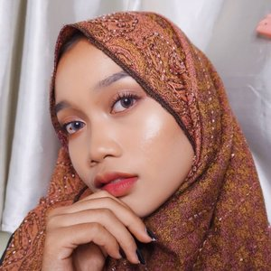 When your highliter is brighter than your future✨ @thebalmid Mary-Lou Manizer👀 @kawaigankyu Eclipse Ruby Gray..#thebalmid #kawaigankyu #clozetteid #hijab #beauty #hotd #motd #indobeautygram #beautyblogger #bloggermafia #selfmakeup