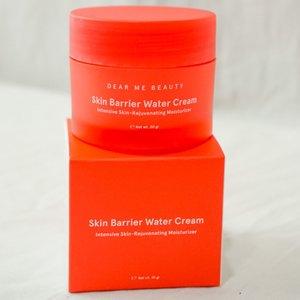 Skin Barrier Water Cream nya @dearmebeauty 🍉  ✅ BPOM ✅ HALAL MUI ✅ Aman untuk ibu hamil & menyusui ✅ Aman untuk kulit sensitif & berjerawat ✅ Aman untuk remaja 17 thn ke atas ✅ Non comedogenic ✅ Dermatologically Tested  Cocok untuk kulit ✨ kering ✨ normal ✨ berminyak ✨ kombinasi ✨ sensitif ✨ berjerawat  ‼️TANPA‼️: ⛔️ Paraben ⛔️ Parfum ⛔️ Alkohol ⛔️ Phthalates ⛔️ Zat Pewarna ⛔️ Alergen  Hero Ingridients : 5% Niacinamide, blue light protection, skin identical ceramide, hyaluronic acid, cantella asiatica, anti aging adenosine, watermelon extract  Ini unik banget moisturizernya. Kalo dingin kasih efek water burst dan teksturnya kayak frozen yogurt. Buat aku yang kulitnya cenderung kering, ini bener2 me-moisturize kulitku bedanya ga ada rasa becek gitu. Kalo kalian ga suka muka yang becek gitu boleh di coba. Dia menyamarkan pori2 juga. Worth to try! Aku lebih suka kalo abis keluar dari kulkas 🤫☺️ #dearmebeauty #clozetteid #jakartabeautyblogger #skincare #review