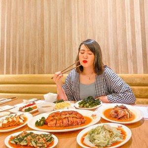Last week aku baru aja coba makan di @kamsroast.id aku suka semua menunya enak!! Aku dapet :🌸 Roast duck half🌸 Soya chicken half🌸 Toro char siw & crispy pork🌸 Marinated cucumber 🌸 Lettuce 🌸 Kailan 🌸 Lo sui Tofu🌸 Wonton soup🌸 Noodles with shrimp rose🌸 Jasmine tea🌸 Rice-The ambience juga enak & calm gitu ❤️ #kamsroast #eatandtreats #jakartaculinary #fooddiary #foodie -#clozetteid #ootdindokece #ootdindo #lookbookindonesia #styleootd #ootd #ootdmagazine #ootdindonesia #potd #bunnyneedsmakeup #bvloggerid #gengbvlog #indobeautygram #indobeautysquad #beautychannelid #tampilcantik #ragamkecantikan #tipskecantikan #zonamakeupid #kbbvmember #kbbvfeatured