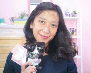 Sebelum kondangan, emang the best banget kalo maskeran dulu 🙈Selain bikin kulit wajah lebih supple dan lembab, maskeran sebelum makeup juga bisa bikin makeup tahan lama. Mana tau ketemu jodoh di kondangan kan 😂Kali ini aku pakai jelly mask dari @eileengrace_indonesia varian black jelly mask dan rose jelly mask. Super suka sama hasilnya �Buat tau review lengkapnya, bisa labgsung cuss blog yaaahh �@beautyblogger.tangerang#BeautyBloggerTangerang #Eileengrace_Indonesia #BBTxEileengrace #shinebabyshine #produkskincare #healthyskin #oilyskin #dailyskincare #skincareroutine #keepitsimple #minimal_perfection #minimalism #weheartit #blog #bloggerlifestyle #beautybloggerindonesia #bloggerlife #bloggerindonesia #clozetteid #minimalove #simplicity #simpleandpure #JakartaBeautyBlogger