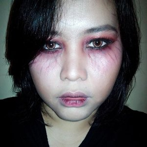 Me when i haven't got enough sleep for a few days and the veins around my eyes started to show up. Just having a bad face day that's all. 😜😁 I did this makeup last night and was feeling kinda creepy to see myself in a big mirror than in the smaller mirror. Plus last night was a #malamjumat which is identical to horror and here i was playing with scary makeup. I like the color though, #redsmokeyeyes paired with black is such a dramatic color. Too bad i don't have scary contact lenses to complete this look.  #horrorfilter #scaryfilter #halloweenfilter #halloween #halloweenmakeup #halloweenmakeupideas #clozetteid #facetofeet_id #zombiemakeup #vampiremakeup #🎃 #midnight #artsymakeup #makeuplover #makeupmania #beautyenthusiast #beauty #lovelymakeup #makeupdoll #makeupmafia