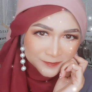 Selamat malam Minggu...🥰🥰  Anting hijab by @disty.lyne Pashmina by @khaliluna.idn  #brushedbyedelyne #makeuptransition #makeuptransformation #makeup #clozetteid #bloggerstyle #contentcreator #instagood #hijab #hijabstyle
