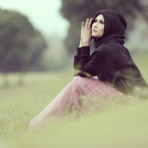 This is me, and yes I always love black.  #clozetteid #godiscover #ItsSoYou #makeupbyedelyne #hijabbyedelyne #indonesianbeautyblogger #hijabphotography #hijabstyle #hijaboftheday #hijaboftheworld #hijabinstyle #hijabIndonesia #hijabfashion #instahijab #hijabers