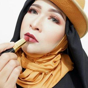 Bold look menurut aku adalah tampilan yang menunjukkan sisi berani atau percaya diri kita. Bold look bukan berarti harus memakai lipstick merah atau warna-warna gelap. Bold look bisa memakai semua warna ,dari nude sampai warna yang ngejreng, semua bisa  asalkan dipakai sesuai dengan kepribadian kita , nyamannya kita ,pedenya kita kaya gimana ,nah pastinya kita akan tampil dengan sempurna dan maksimal , itulah bold look menurut aku. Makeup kali ini aku menggunakan Revlon Lustrous Lipstick Raisin Rage dari @revlonid#makeupbyedelyne #myboldlook #revlonindonesia #superlustrouslipstick #makeupartist #makeupinfluencer #beautybloggers #beautybloggerindonesia #hijabstyle #hijabandfashion #makeupandhijab #makeupandfashion #clozetteid #starclozetter #makeup #kbbvbyacb #kbbvmember