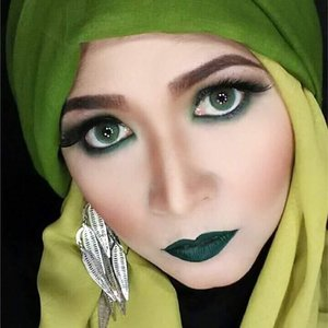 Ngga punya foto baru ,ini aja yaa. #makeupbyedelyne #greenmakeuplook #hijabandmakeup #makeupartist #makeuplooks #makeupoftheday #starclozetter #Clozetteid #kbbvmember #mua #makeuppassion #makeupandfashion #beautyinfluencer
