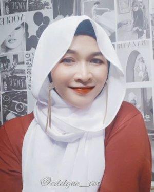 Hari Minggu , biasanya ada kondangan , nah tutorial ini simple and cepet banget makenya, cuma perlu 1 jarum pentul sepasang anting, pashmina, jangan lupa pakai ciput ninja yaa. Untuk antingnya kamu bisa beli di @disty.lyne #hijabtutorial #tutorialhijab #hidjeb #hijabstyle #hijab #clozetteid #instagood