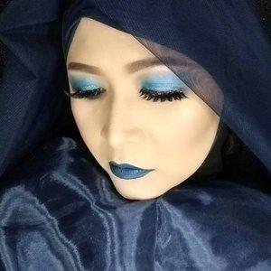 """Ini salah satu contoh makeup """"One Color"""" makeup ,yang aku buat untuk makeup collaboration bareng @atomcarbonblogger.Aku memilih warna biru untuk lipstick, eye makeup dan outfit ( hijab and baju ).Yuk yang belum ikutan , cepet ikutan yaa , ketentuan lengkapnya kalian bisa lihat di Instagram @atomcarbonblogger.#kbbvonecolormakeup #atomcarbonblogger #starclozetter #clozetteid#onecolormakeup #makeup."""