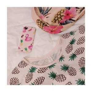 Pinkish - pineapple - kinda day💕 . . Baru sadar ternyata baju - case hp - tas temanya sama 🤣 terus jadi keinget rambut nanas tomingse di drama f4. Siapa pecinta meteor garden?🤪 . . . . . . #clozetteid #cicireceh #meteorgarden