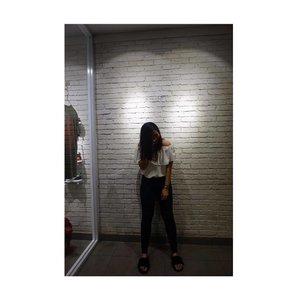 Lagi mikir gaya apa tapi keburu dijepret😂 yaudalahya ~ . . . . . . . . . . . . . . . #jakartabeautyblogger #explorejakarta #traveler #trafiquecoffee #jennitanuwijaya #jenntan #cafejakarta #coffeeshop #coffeeshopjakarta #clozetteid #clozettedaily #clozettebeauty #jakartabeautyblogger #jakartaselatan #bloggergram #bloggerhunter #bloggerswanted #bloggerindonesia #beautyguru #beautyblogger #likeforfollow #like4like #iphonenography #fujixa3 #sonya5000