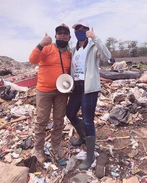 Learned a lot on yesterday's trip with AKABIS (akademi bijak sampah). Keliling TPA & lihat langsung sebanyak apa tumpukan sampah di zona yg udah ga aktif, rumah pemulung yang kerja disana, sampai fasilitas pengolahan sampahnya @waste4change ....Jujur sebelumnya ga kebayang literally sebanyak itu tumpukan sampah, dan ga kebayang tinggal di gubuk dengan alas sampah, yang berseberangan dengan zona penumpukan sampah. Karna keliling sebentar aja udah kerasa maboknya. ..Gunung sampah itu darimana datengnya? Dari sampah langsung kita, yang gak dipilah dan gak diolah. Pernah ngerasa ngelakuin hal ini?😭😭..Makanya mulai sekarang mau nerapin 3R (reduce, reuse, recycle) dalam kehidupan sehari2. Lebih sehat, lebih ramah lingkungan, dan lebih irit (tetep!)🤣. 2021 nanti bantar gebang udah gamampu lagi nampung sampah kita, terus mau dikemanain kalo kita ga tanggung jawab dari sekarang? ..Gaada planet B, gaada planet cadangan. Yang ada hanya bumi kita, makanya dari sekarang harus disayangin dan dijaga. Kalo bukan kita yang mulai, siapa lagi? ..Thanks @thebodyshopindo and @waste4change yang udah ngajakin trip & buka mata aku terkait sampah😭❤️ semoga sobat2 online ku juga bisa mulai tanggung jawab sama sampah. ..Salah satunya dengan pilah sampah organik vs anorganik, dan belajar manfaatin sampah jadi barang berguna seperti kompos dan vas bunga, dan bikin ecobricks.......#clozetteid #tbsbabes #tbsbeautybae #waste4change #aktivislingkungan #jagabumikita #cicireceh  #socialresponsibility