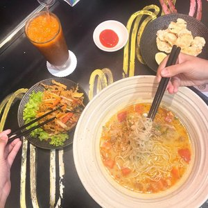 Memenuhi keinginan makan soto betawi dan makan mie disaat yang bersamaan ☺️ btw rasanya enak! Literally kayak soto betawi, cuma mie nya versi mie masak (yg dibikin from scratch gt) dan porsinya buanyak! .......#clozetteid #ditraktirbogagroup #qravedfornudles #nudles #qraved #lifeistasty #bogagroup #cicireceh #collabwithjenntan