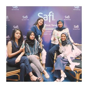 Having fun with my girls at @bluejasminejkt with @safiindonesia and @beautynesia.id 💕 playing around with skincare and haircare, improve our knowledge about halal products and the research institute itself. In less than one year they've succeed in Indonesia's beauty market, and soon will be launching new products. Gonna share the details on my blogpost! ..........#bloggergatheringsafi #safixbeautynesia #halalnaturalteruji #jenntan #clozetteid #collabwithjenntan #girlsquadgoals