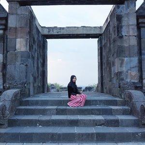 Duduk-duduk di depan gerbang nungguin tukang bakso lewat.#allseebee #clozetteid #keratonratuboko #ratuboko #throwback