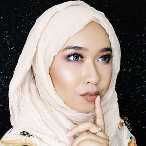 I wonder, highlight di pipi udah kayak spotlight belum ya.. Hmm.. ✨  #day11 #100daysofmakeupchallenge #allseebee #clozetteid #makeup #hijab #fotd #motd
