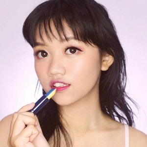 Split Lipstick Lip Color from @moodmatcherindonesia & @indobeautysquad 💄. Namanya Split Lipstick karena lipstik ini ada dua sisi warna yang berbeda gitu. Lucu ya 😹. Jadi aku dapat warna Purple/Silver (lebih ke pink) & Dark Blue/Yellow (lebih ke ungu).Pigmentasinya buildable, jadi kalian juga bisa dapat hasil yang natural sampai bold dari lipstik ini. Selain itu lipstik ini melembabkan bibir (bukan matte) dan ngestain gitu! Jadi jatuhnya kayak tinted lipstick, soalnya pas dibawa makan sama minum gak pudar-pudar (malah jatuhnya natural bat)😭👌. So, ini awet banget! Yang aku kurang suka pilihan warnanya yang kurang aku banget (lol 😂) dan personally kurang suka hasil lipstik yang shiny gitu wkwk. Tapi kalau kalian ga masalah sama itu, I highly recomend this!💜... #indobeautysquad #moodmatcherindonesia #ibsxmoodmatcher #clozetteid #makeup #beauty #moodmatcher #koreanmakeup #selfpotrait #ulzzang #potd #kbeauty #photooftheday #style #lipstick #indobeautygram #indobeautyblogger #indobeautyvlogger