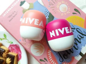 Lucu banget ngga sih kemasan @nivea_id Lip Balm Pop Ball ini? Kalau aku sih langsung terpikat waktu pertama kali melihatnya. Apalagi warnanya itu loh! Nyegerin banget!  Tapi ngga cuma bentuk kemasan dan warnanya aja yang nyegerin, kedua produk ini juga bisa nyegerin bibir alias mengatasi bibir kering! Bahkan produk ini di-claim dapat melembabkam bibir selama 24 jam! Bener ngga sih????? Yuk langsung aja cek review lengkapnya di blog aku. Link di bio~  #beautiesquad @beautiesquad #setterspace @setterspace #indobeautysquad @indobeautysquad #bvloggerid @bvlogger.id #bloggerceria @bloggerceriaid #indobeautyinfluencer @indobeautyinfluencer #KBBVmember @kbbvbyacb #bandungbeautyblogger @bandungbeautyblogger #bdgbb #indonesiabeautyblogger @beautynesia.id #beautygoersid #beautygoersBDG @beautygoers #clozetteID #lipbalm #lipbalmnivea #nivealipbalm #nivealipbalmpopball #lipbalmpopball #makeupreview
