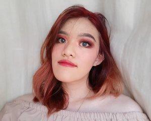 Foto terakhir sebelum rambut merahku hilang total :') . Sedih banget warnanya ngga tahan lama. Lebih sesih lagi karena belum sempat dibuat foto-foto hehe.  Hmm.. cat warna apa lagi ya?  #redhair #nyucherryred #workfromhome #hairdye #beautyblogger #indonesiabeautyblogger #bdgbb #clozetteID