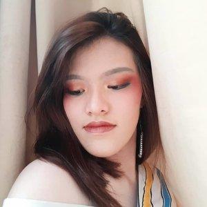 Entah kenapa lagi suka aja pakai eyeshadow dilebihin sekalian dijadiin blush. Ala-ala mata ketonjok kali yah (?), tapi keliatan lucu aja gitu pake blush di daerah sekitar mata. Apakah ini akan menjadi gaya baru Ellen?  Product used : • @maybelline superstay foundation • @etudehouseofficial drawing eyebrow - gray brown • @beautyglazed impressed you • @maybelline superstay matt ink - amazonian  #makeup #makeuptutorial #naturalmakeup #makeuptrend #beautiesquad @beautiesquad #setterspace @setterspace #indobeautysquad @indobeautysquad #bvloggerid @bvlogger.id #bloggerceria @bloggerceriaid #indobeautyinfluencer @indobeautyinfluencer #KBBVmember @kbbvbyacb #bandungbeautyblogger @bandungbeautyblogger #bdgbb #indonesiabeautyblogger @beautynesia.id #beautygoersid #beautygoersBDG @beautygoers #beautilosophy @beautilosophy #clozetteID