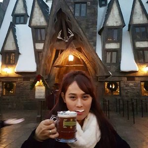 Why don't we go and have a #butterbeer in the Three Broomsticks, it's a bit cold, isn't it? . . . #HarryPotter #universalstudios #universalstudiosjapan #USJ #Japan #HuboyWaifu #HuboyWaifuTravelJournal #HuboyWaifuInJapan #HuboyWaifuJalanJalanJapan #ClozetteID #Lifestyle #Travel