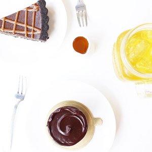 Never underestimate the power of chocolate 🍰🍫 . . . . . . . . #food #instafood #foodie #foodporn #foodgasm #foodblogger #foodography #ggrep #cake #pie #flatlay #flatlaynation #flatlays #whiteaddict #whitetable #clozetteid