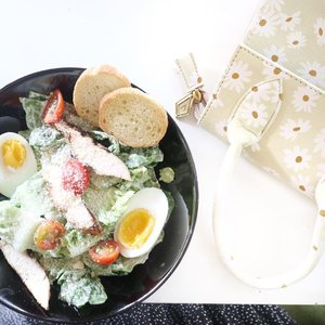 Healthy food for a wealthy mood ☘️(*halah halah pencitraan wkwk)_______________________________#flatlay #flatlaystyle #salad #foodie #clozetteid #rimapiknikbandung
